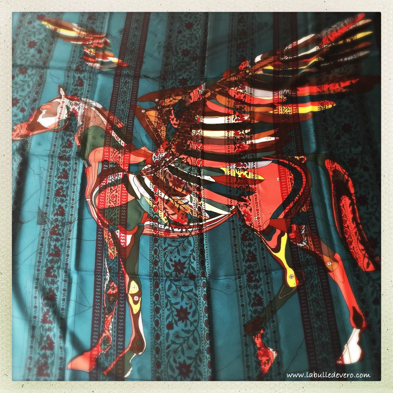 326c6b5a84b6 Et l histoire de la soie chez Hermès, ce n est un sujet qu on traite à la  légère. Pensiez-vous que ces foulards étaient réalisés de façon  industrielle